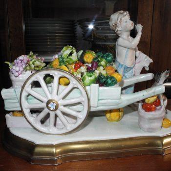 Porcelana Motivo Niño Vendiendo Frutas
