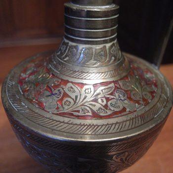 Jarrito antiguo de bronce esmaltado