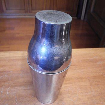 Coctelera antigua de metal