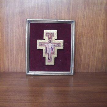 Cruz antigua en madera y terciopelo