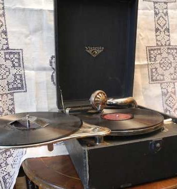 Gramofono Antiguo Victor Con 7 Discos De Vinilo